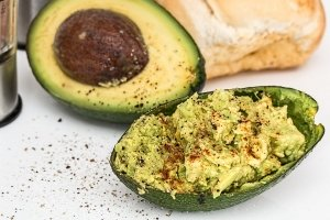 Avocado spread with hemp seeds and crackers