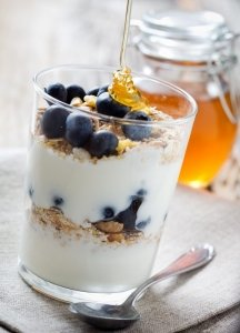 Parfait allo yogurt ai mirtilli con miele CBD